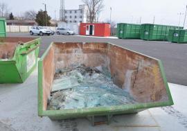 Reciclaţi aici! Orădenii pot recicla sticlele numai dacă le predau centrului de deşeuri RER
