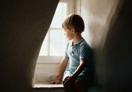 Singuri acasă: Peste 1.000 de copii din Bihor trăiesc drama abandonului, după ce părinţii le-au plecat la muncă în străinătate