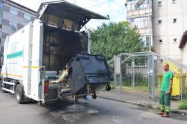 RER Vest scoate pubelele şi containerele orădenilor la 'duş' (FOTO)