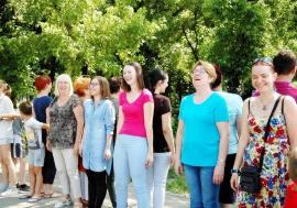 """Terapia """"ha-ha-ha"""": Yoga prin râs, o nouă metodă de vindecare a stresului, e la dispoziţia orădenilor"""