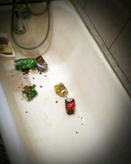 Ne enervează: O orădeancă din Rogerius s-a trezit cu gunoaie aruncate în casă prin geamul de la baie