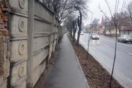 Gard periculos: Aveţi grijă, dacă mergeţi pe trotuarul de pe Ştefan cel Mare!