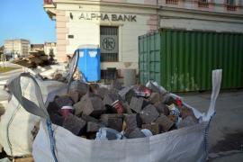 Gunoaie peste tot: Orădenii aruncă deşeuri în sacii cu pietre din Piaţa Unirii