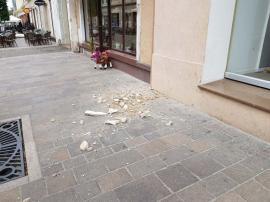 Atenţie, cade: Din faţada Teatrului Arcadia se desprind bucăţi de tencuială (FOTO)