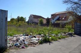 Gunoiul din vecini: Orădenii de pe strada Mareşal Averescu se învecinează cu un teren plin de gunoaie