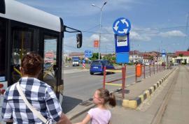La rupere! Afişele din staţiile de autobuz, distruse de vandali