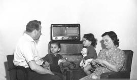 Oradea ieri, Oradea azi: De la radioul de propagandă la cel 'la purtător'