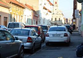 Primare, vrem parcare! Un loc la trei mașini: Criza locurilor de parcare din centrul Oradiei, fără soluţii până anul viitor (FOTO)