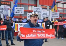 #Rezistentul Cosmin: Povestea protestatarului cu chipiu de marinar, un antreprenor care plăteşte impozite de milioane de euro