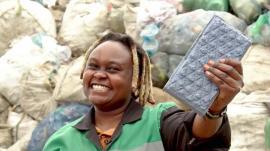 O tânără din Kenya demonstrează cum se combate poluarea: face cărămizi din plastic