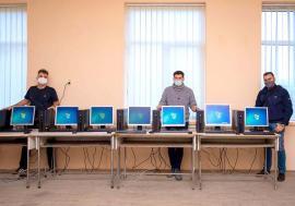 O echipă de orădeni recondiționează și livrează voluntar calculatoare pentru școlile sătești (FOTO)