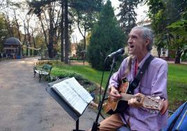 Cântăreţul de la pod: În fiecare seară, trubadurul Lucian Chelu cântă pentru orădeni lângă Podul Intelectualilor (FOTO/VIDEO)