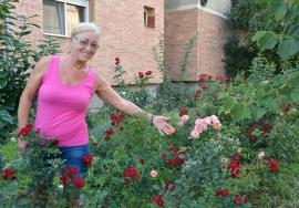 Grădinăreasa de la bloc: Orădeanca Maria Dochia a transformat spaţiul din jurul blocului într-o grădină de toată frumuseţea (FOTO)