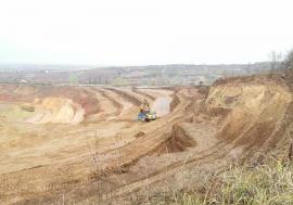 Dealuri la pământ: Viile şi livezile din jurul Oradiei dispar, pe nesimțite, pentru a se exploata ilegal resurse minerale (FOTO)