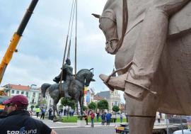Rocada statuilor: Mihai Viteazul a părăsit Piaţa Unirii din Oradea, făcând loc Regelui Ferdinand Întregitorul