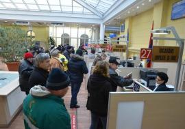 Digitalizare cu forţa: Pentru că se strâng prea mulţi la ghişee, Bolojan îi trimite pe orădeni să-şi achite dările prin internet
