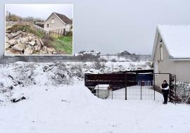 Munte de gunoaie: Un teren din Băile 1 Mai a 'crescut' în înălţime cu câţiva metri, din cauza deşeurilor depozitate clandestin(FOTO)