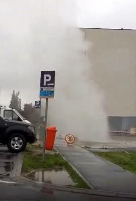 O avarie a lăsat fără apă caldă 16 puncte termice din centrul oraşului. Coloana de apă fierbinte înaltă de câțiva metri! (VIDEO)