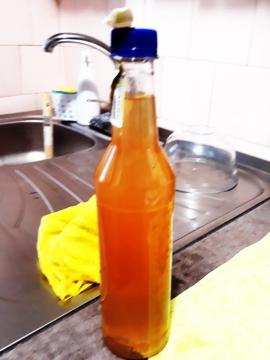 Apa 'moartă'. Locuitorii din Sânmartin se plâng că apa de băut are culoare roşie