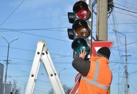 Atenţie, şoferi! Semafoarele din sensul giratoriu Decebal - Primăriei se pun de marţi în funcţiune