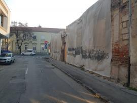 O clădire din strada Jean Calvin din Oradea, pericol pentru trecători! Imobilul aparţine fraţilor Micula (FOTO)