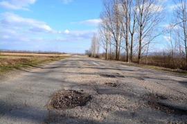 """Off-road pe șosea: Dumurile Bihorului sunt """"ciuruite"""" de gropi"""