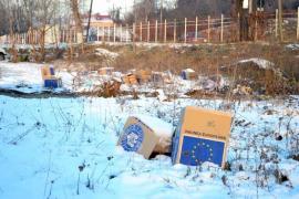 Ajutoare la gunoi: Beneficiarii alimentelor gratuite de la UE aruncă aiurea cutiile în care le-au primit (FOTO)