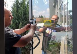 Poliţia afişelor: Cine a lipit abțibildurile anti-PNL pe sediul Primăriei și pe cel al Poliției Locale Oradea