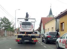 Poliţie pe butuci: Cum au ajuns două autospeciale de Poliţie pe platforma 'hingherilor' din Oradea