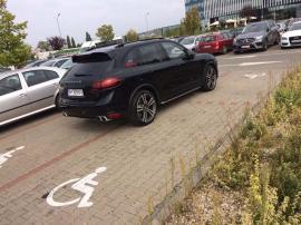Handicapat 4 x 4: Şi-a parcat Porsche-ul blocând 4 locuri de parcare pentru persoanele cu handicap