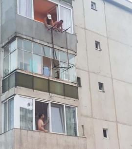 Mutare de şah-pat, în Oradea: Au urcat un pat pe geam până la etajul 3!