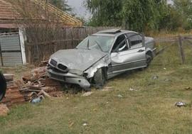 Un tânăr din Bihor a furat BMW-ul unui consătean şi s-a răsturnat în şanţ. Autoturismul e daună totală