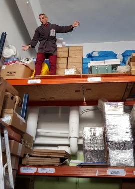 """""""Omul Păianjen"""" la Spitalul Municipal din Oradea: Un magazioner acuză condiţiile de muncă periculoase, cu căţărări la înălţime, în frig şi întuneric (FOTO / VIDEO)"""