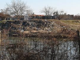 Gunoaiele pe Criş, vestitorii primăverii: Malurile râului care traversează Oradea, doldora de PET-uri