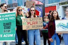 We are the world, we are the children! Peste 100 de orădeni au protestat împotriva distrugerii planetei (FOTO / VIDEO)