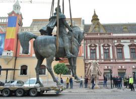 Minciunile și statuia