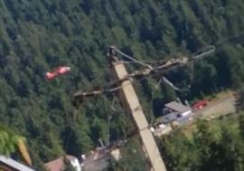 Accident în Vârtop: Un turist a căzut cu motocicleta într-o prăpastie de 30 metri. A fost salvat de salvamontişti şi adus cu elicopterul SMURD la Oradea (VIDEO)