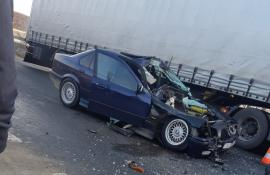 Accident în Avram Iancu: Un BMW a intrat într-un tractor, trei persoane au ajuns la spital
