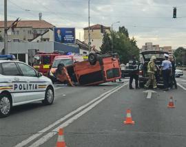 Accident cu trei maşini în Oradea, în Cantemir: Traficul a fost blocat, o maşină s-a răsturnat (FOTO / VIDEO)