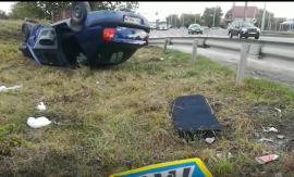 Accident pe centura Oradiei: O maşină a ajuns cu roţile în sus, o persoană a fost descarcerată (FOTO / VIDEO)