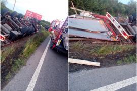 Un TIR s-a răsturnat la ieşire din Inand. Şoferul, un tânăr din Serbia, a fost rănit(FOTO)