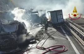 Doi șoferi români de TIR, răniți într-un grav accident cu camioane în Italia (FOTO / VIDEO)