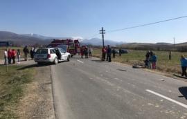 Accident pe DN 75: Patru persoane au ajuns la spital, după ce un Volkswagen a tăiat calea unui Audi şi l-a proiectat într-o altă maşină (FOTO / VIDEO)