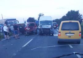Accident pe DN 79, între Nojorid și Leș: 11 persoane au ajuns la spital (FOTO)