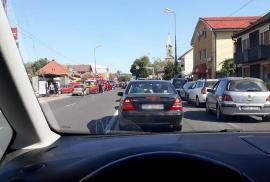 Aglomeraţie în zona Băile Felix. Trafic îngreunat din cauza unui accident şi a numărului mare de turişti (FOTO)