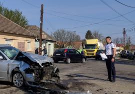 Accident în Tileagd: Un Audi şi un camion s-au izbit într-o intersecţie, o persoană a ajuns la spital (FOTO)