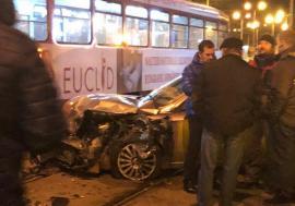 Alfa Romeo versus tramvai în Piaţa 1 Decembrie din Oradea: maşina a fost distrusă, pasagerii au scăpat nevătămaţi (FOTO)