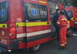 Inconştient la volan: Beat, fără permis, la volanul unei maşini radiate, a intrat frontal într-un buldozer şi a băgat două adolescente în spital