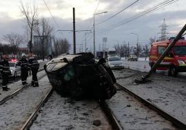 Accident pe Calea Borşului: Un BMW a ieşit în decor, două persoane au fost rănite (FOTO)