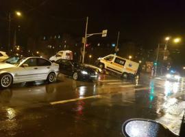 Două ambulanţe lovite de un BMW şi de un Audi, într-o singură oră, în Oradea. Una dintre autospeciale transporta o pacientă aflată în comă (FOTO)
